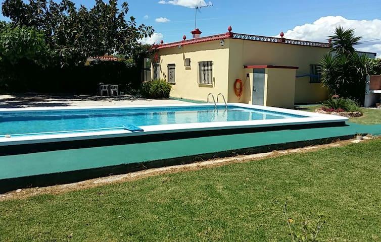 Chalet con jardin, piscina y barbacoa