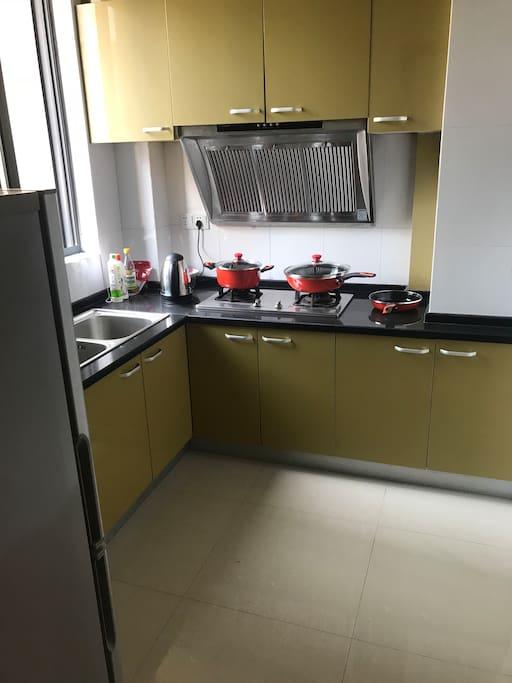 厨房有炒锅、煎锅、可以展示您的厨艺