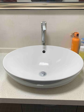 洗脸池,面盆,提供牙刷,洗面奶,但请自备牙刷,毛巾。