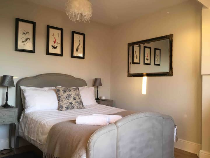 Bright airy private floor in Kenilworth town house