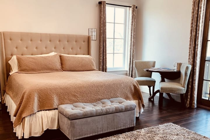 Emigrant's Inn - No. 4 Romance Abounds Suite.