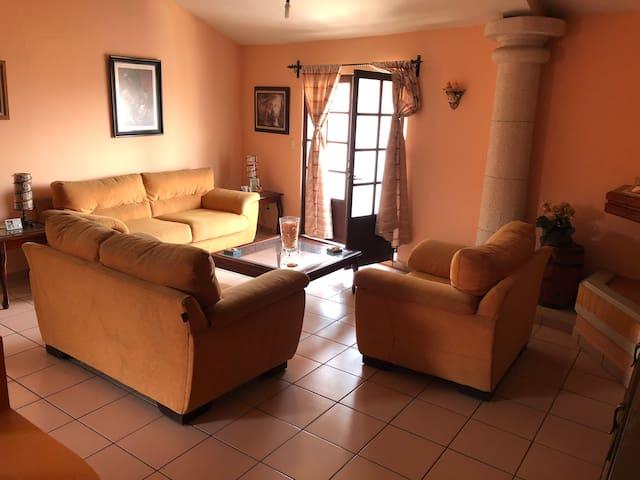 Atractiva y cómoda casa en zona céntrica