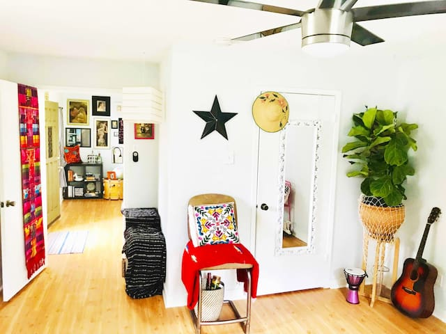 *Bright BOHO Cottage *Centrally Located *ATX Vibes
