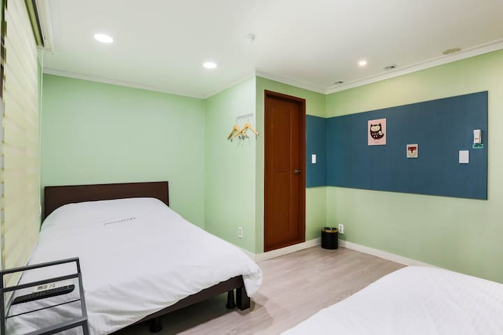 Discovery Busan-Triple room(1 double+1 single bed)
