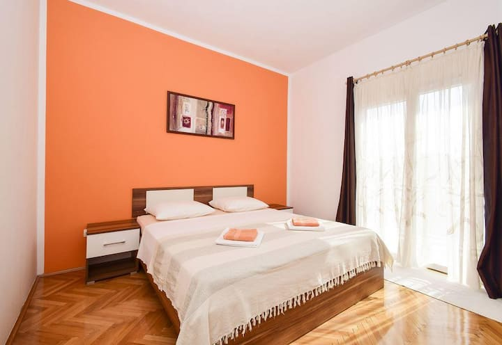 Colorful 1 bedroom apartment with beautiful garden