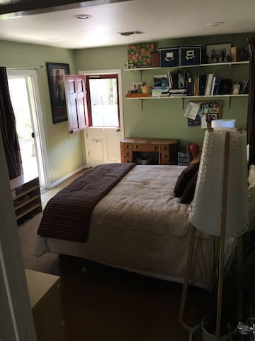 Comfy Room for rent...close to studios - Burbank - Bungalow