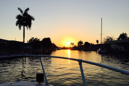 charming waterfront home w hot tub and fire pit - North Fort Myers - Huis