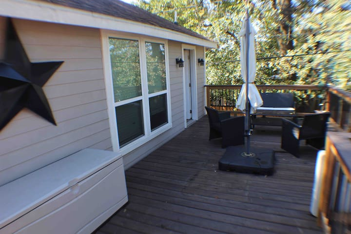 Updated Heights cottage with large balcony/parking