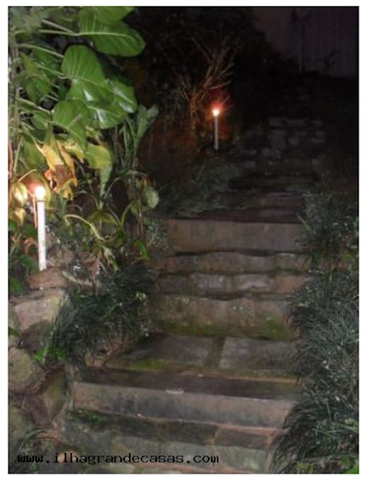 Escada de acesso à casa, na rua principal