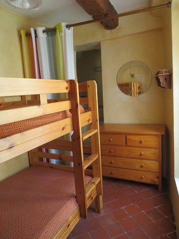Mini chambre avec 2 lits superposés.