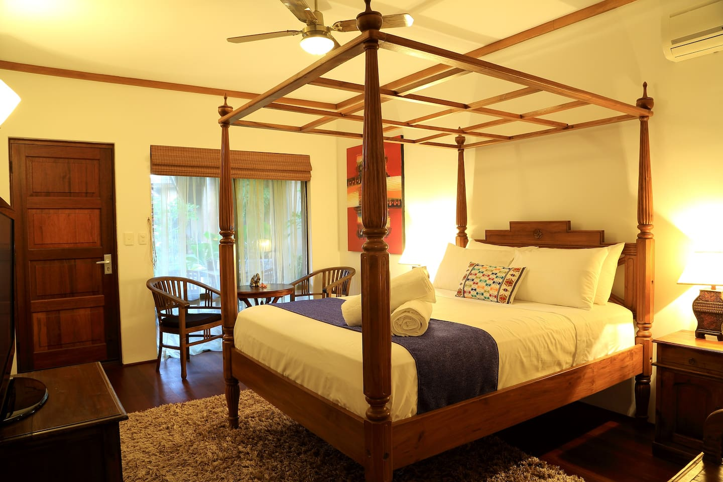 Suite with Queen size four poster bed