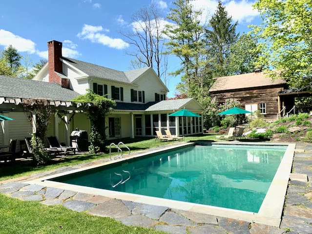 Fabulous home with heated outdoor pool and hot tub, 2 minutes to Tanglewood!