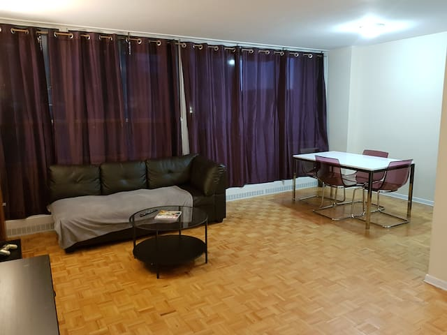 Large Private Room + Parking + 1 Min From Subway