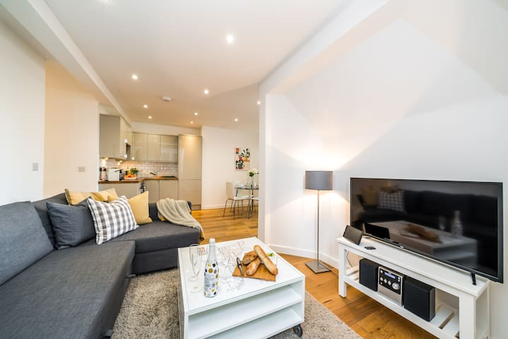 Experience London living in Vauxhall near River