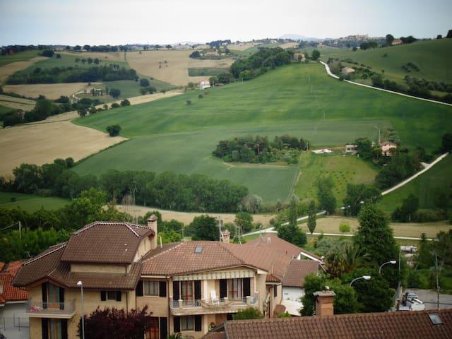panoramica sulle colline marchigiane vista dal balcone