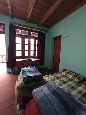 1 Woodcrest - Rustic house Old Manali hilltop view