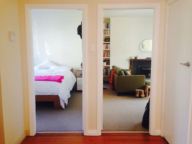 Sunny tranquil cottage, close to airport & beaches
