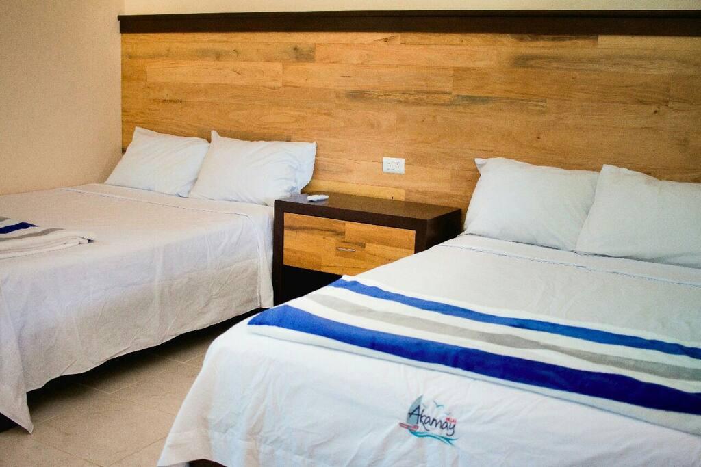 Una habitación con dos camas matromoniales