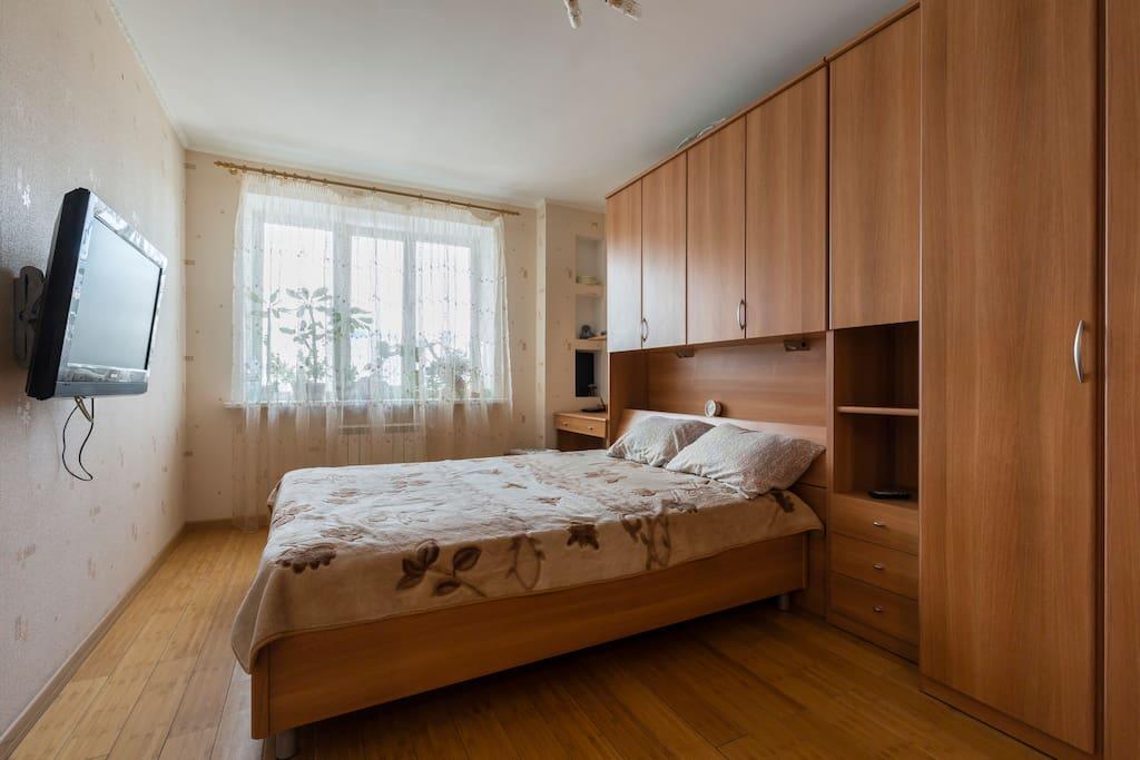 Двуспальная кровать, шкаф-стенка, телевизор, рабочий стол.