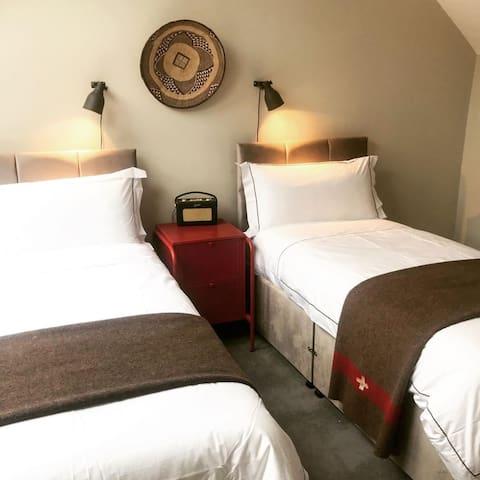 Top floor bedroom with en-suite - Single bed arrangement
