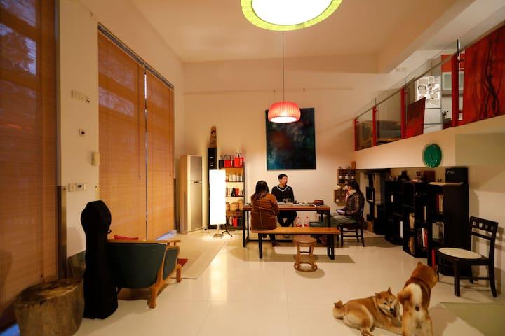 喝茶交流的超大客厅 也可以在这里教大家做手工