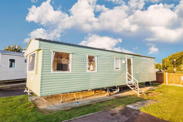 Spacious caravan to hire at Cherry Tree park near Great Yarmouth ref 70702C