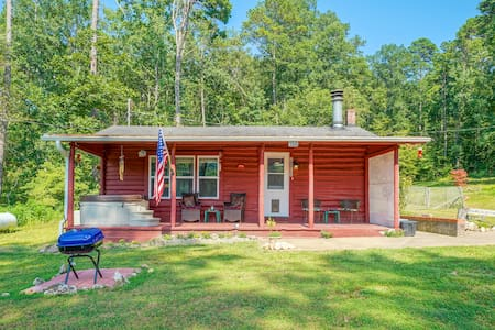 Wildcat Log Cabin: Wooded Haven minutes from Town.