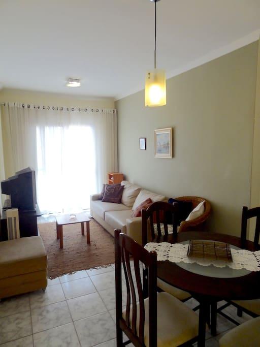 Ampla Sala com TV, Sala de Jantar e Varanda.