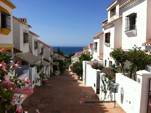 Bonita casa con piscina a 500m de la playa adosados en for Casas con piscina en malaga