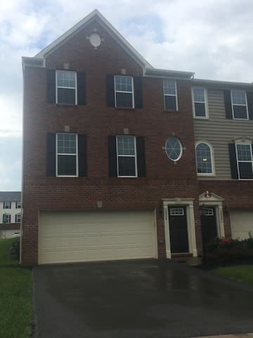 Townhouse 20 Minutes from Downtown Pittsburgh