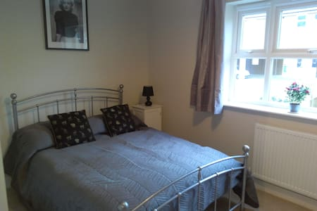 Large double room, full bathroom and close to town - Horsham - Dom