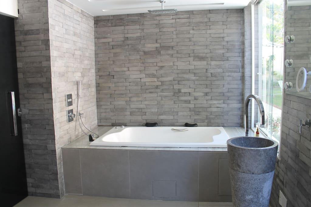 Banheira de hidromassagem, com chuveiro e ducha.