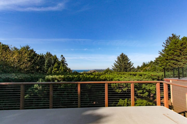 Updated dog-friendly home w/fantastic ocean views-walk to the beach!