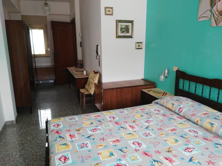 Prima camera matrimoniale con aria condizionata e termosifone