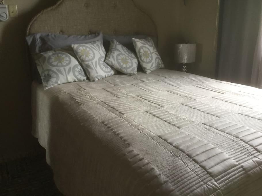 1 queen size bed