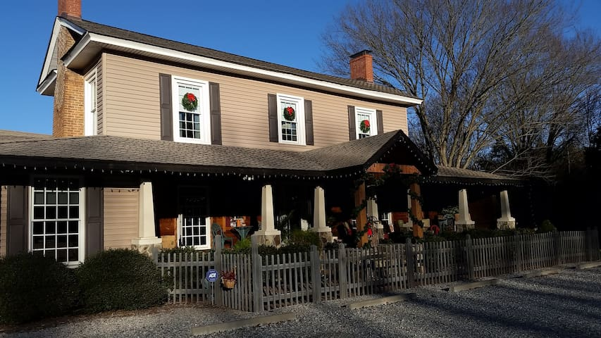 Silly Chickens Lodge B&B  The Angel Room - Mooresville - Bed & Breakfast