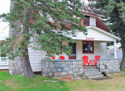 (Stone Pillar Farm) Available off-season for $1600 / month! Fabulous farmhouse with a volleyball court and firepit!