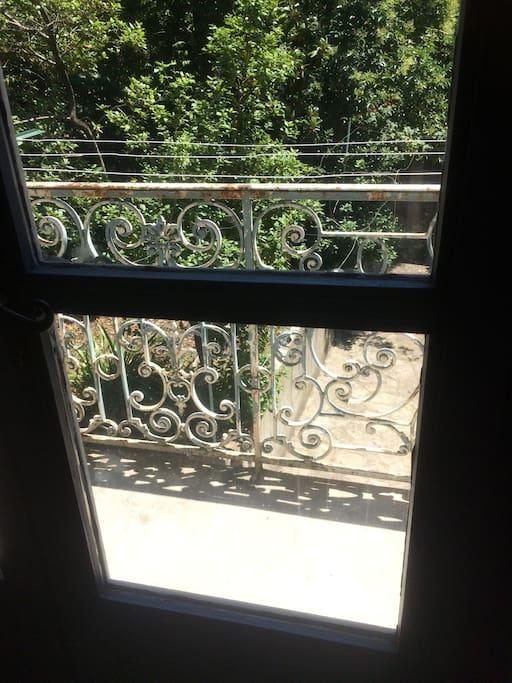 Balcon donnant sur cour et jardin privés