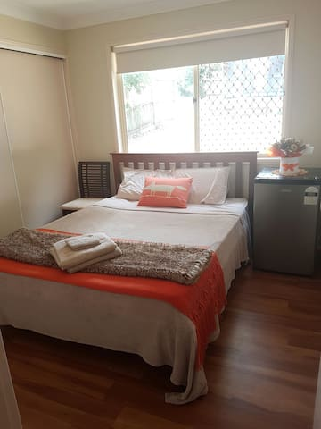 Private Queen bed in quiet street - Wynnum - Hus