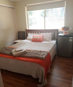 Private Queen bed in quiet street - Wynnum - บ้าน