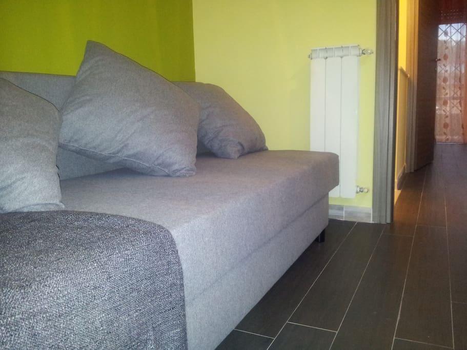 Il comodo divano presente nella Green Room all'occorrenza può traformarsi in letto per due persone.