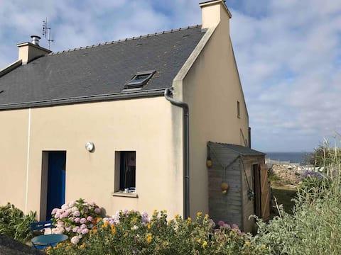 Maison face à la mer,  dans le bourg  de Lampaul