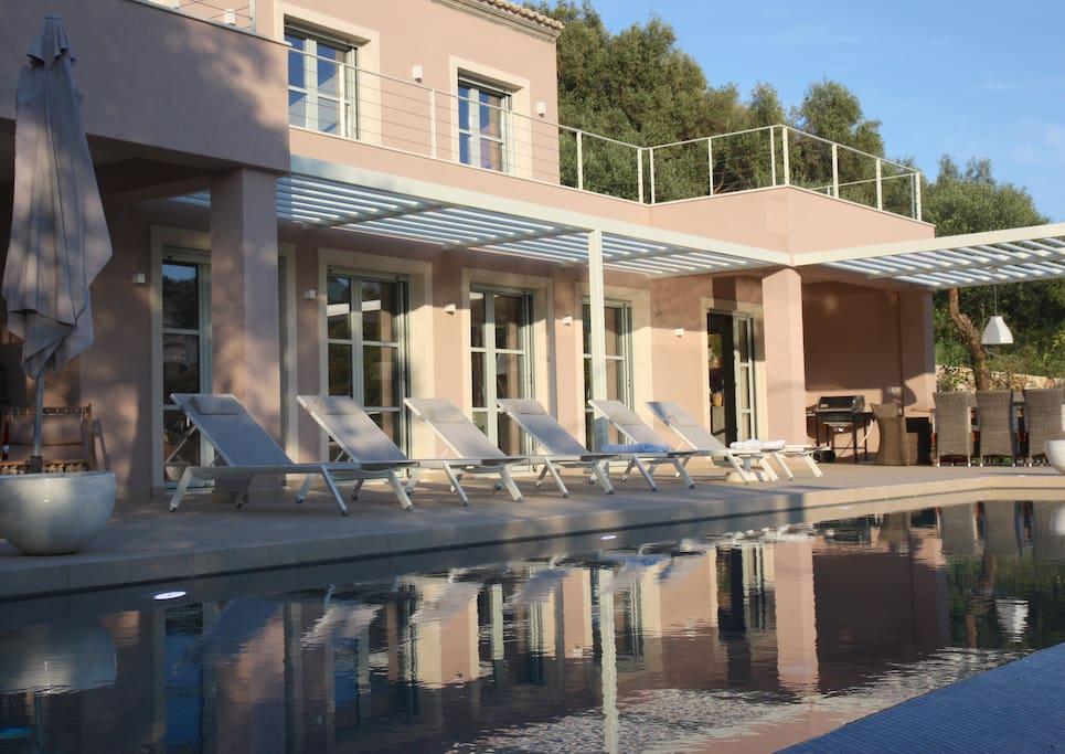 la terrasse et ses bains de soleil