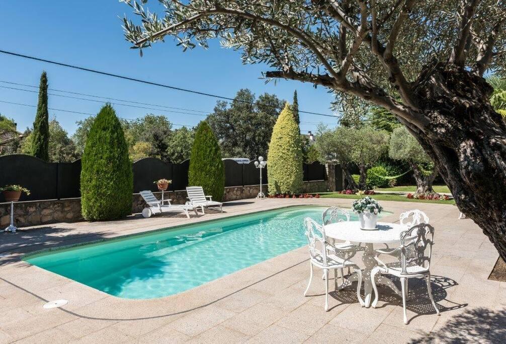 Alojamiento con jacuzzi y piscina de agua caliente for Alojamiento con piscina
