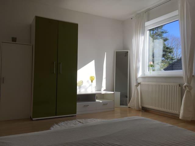 Privatzimmer grün-weiß Blick vom Bett