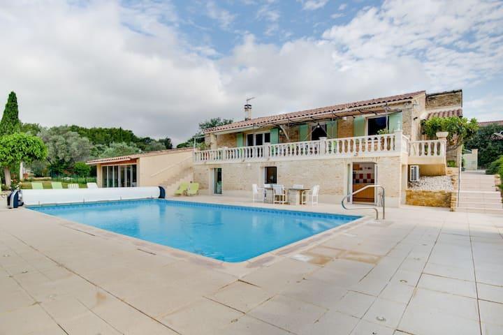 Groot vakantiehuis in Lagarde-Paréol met zwembad prive