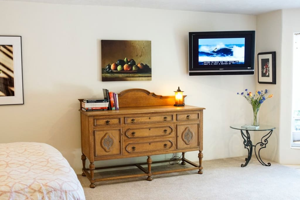 Flat screen TV with Wifi and Cable