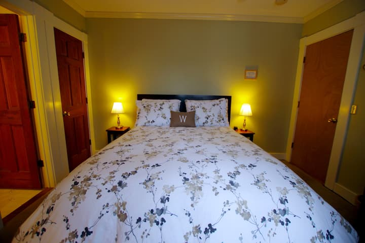 Windham Room  @ The Wilmington Inn- Breakfast Included & downtown Wilmington location!