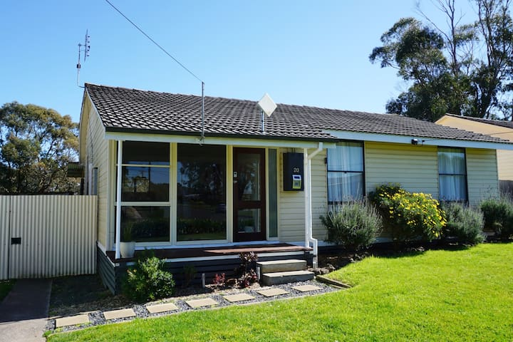 Jayarra Cottage is a family and pet friendly cottage located in the small country town of Simpson.  It is a 25 minute drive to the 12 Apostles and the Great Ocean Road, and situated on one of the main driving routes from Melbourne.
