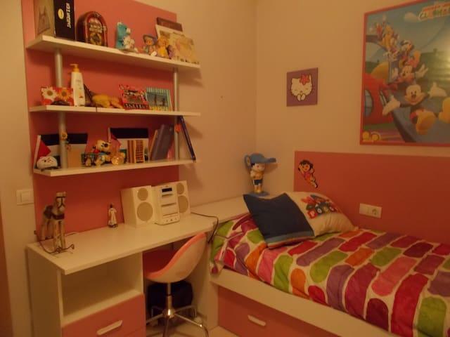 Es un dormitorio juvenil, todo nuevo. Tiene una mesa-escritorio blanca,  como espacio para trabajar. Es una cama nido. Amigos nuestros han llegado a dormir dos en cada cama, o en el caso de niños pequeños también. Lo ideal 1 adulto.